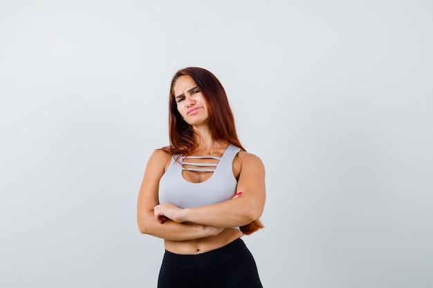 Jeune femme sportive dans un haut gris