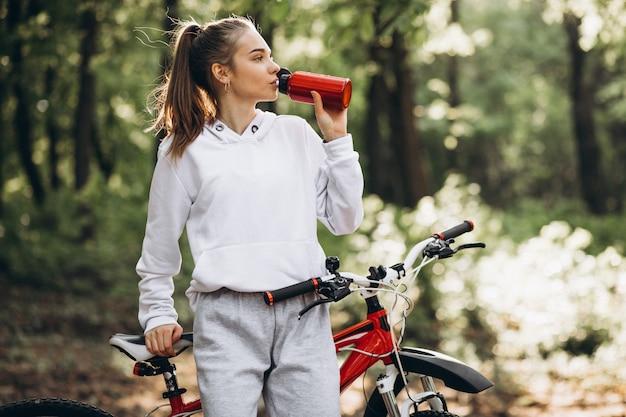 Jeune femme sportive, faire du vélo dans le parc