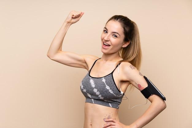 Jeune femme sportive faisant un geste fort