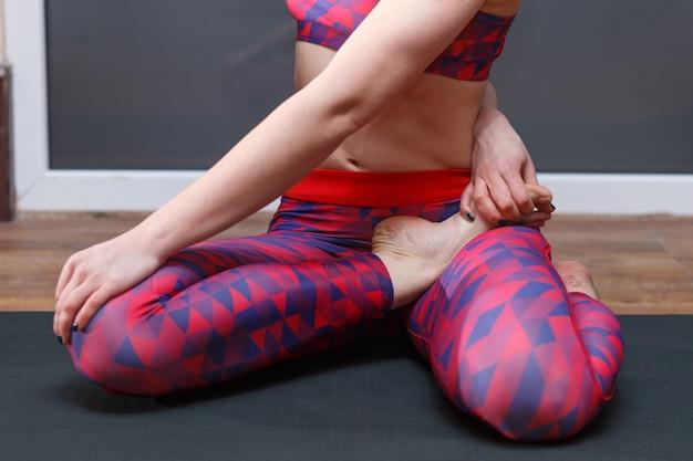 Jeune femme sportive faisant marichyasana