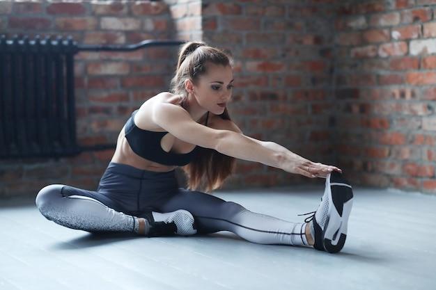 Jeune femme sportive faisant sa routine d'exercice à la maison