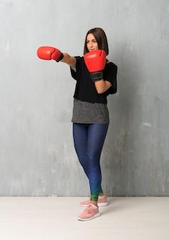 Jeune femme sportive avec des gants de boxe