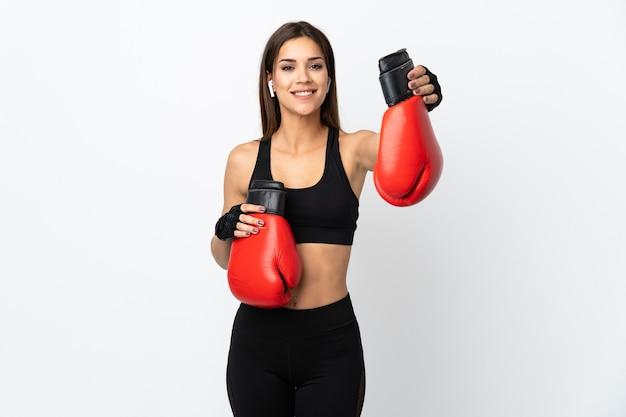 Jeune femme sportive isolée sur fond blanc avec des gants de boxe