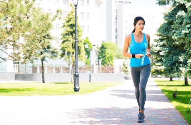 Jeune femme sportive qui court à l'extérieur