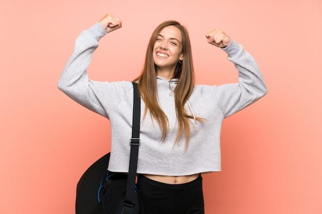 Jeune femme sportive rose célébrant une victoire