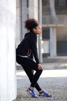 Jeune femme sportive se détendre en plein air