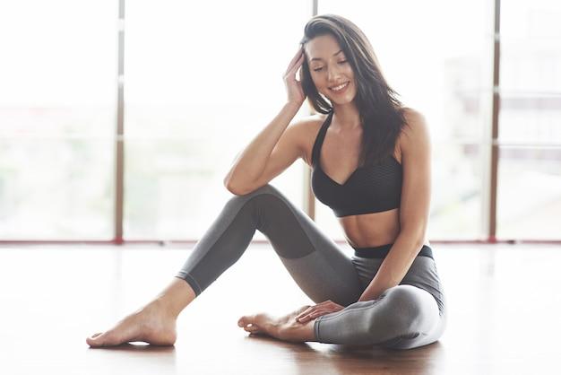 Jeune femme sportive sexy dans la salle de gym.