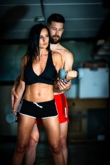 Jeune femme sportive avec son entraîneur personnel