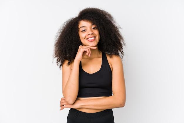 Jeune femme sportive souriante heureuse et confiante, toucher le menton avec la main