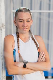 Jeune femme sportive vue de face