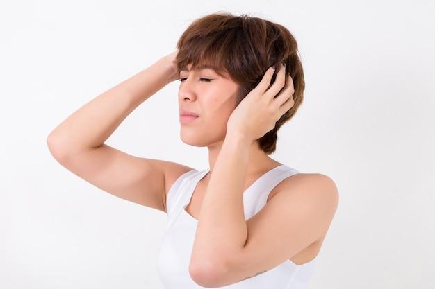 Jeune femme stressée et épuisée ayant de fortes migraines.