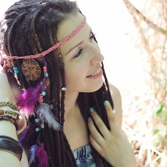 Jeune femme de style hippie avec portrait de dreadlocks, en plein air dans le parc d'automne
