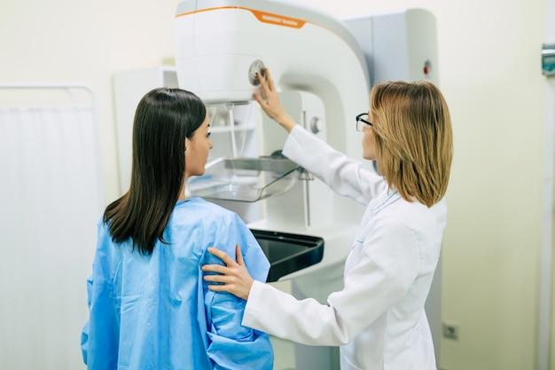 Une jeune femme subit un examen mammographique à l'hôpital ou dans une clinique privée avec une femme médecin professionnelle.
