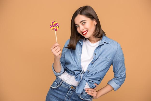 Jeune femme avec sucette colorée