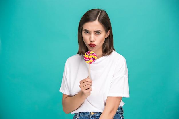 La jeune femme avec sucette colorée