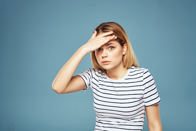 Jeune femme en t-shirt, différentes émotions