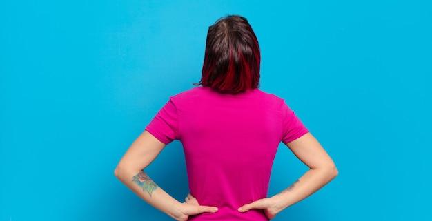Jeune femme, à, t-shirt rose, vue postérieure