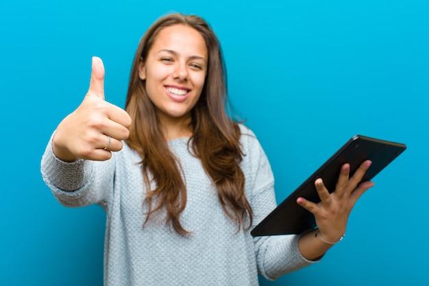 Jeune femme avec une tablette bleue