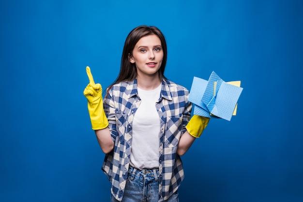 Jeune femme en tablier avec le doigt isolé. bonne idée de nettoyer. concept de nettoyage