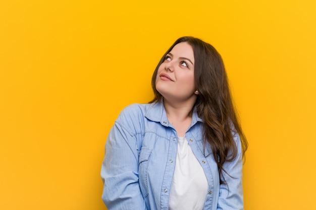 Jeune femme de taille plus sinueuse rêvant d'atteindre les buts et objectifs