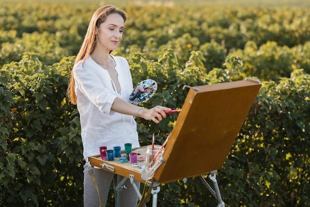 Jeune femme talentueuse en train de peindre