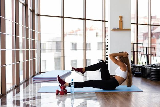 Jeune femme sur un tapis d'exercice