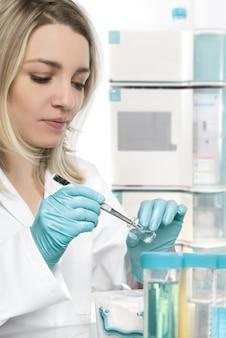 Jeune femme technicien ou scientifique travaillant en laboratoire