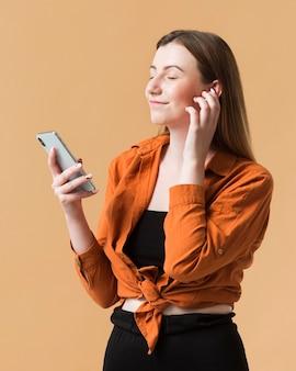 Jeune femme, à, téléphone