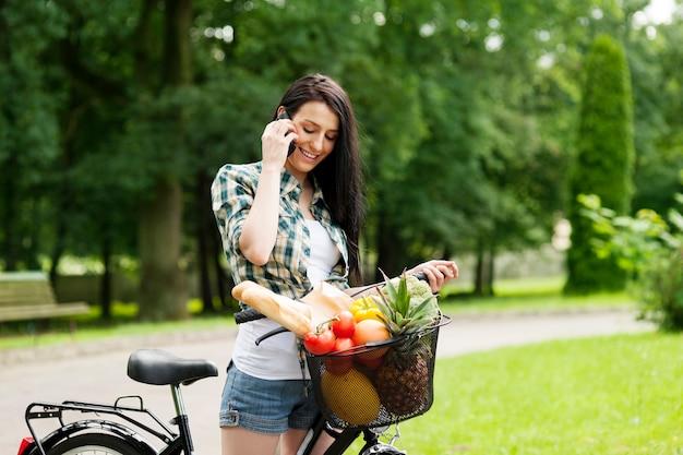 Jeune femme, téléphone