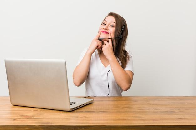 Jeune femme télévendeur doutant entre deux options