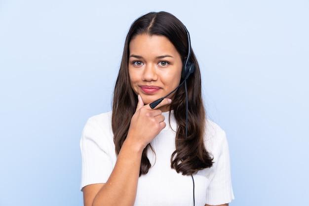 Jeune femme télévendeur sur mur isolé