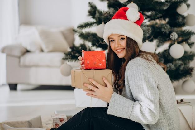 Jeune femme tenant des cadeaux de noël