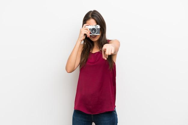 Jeune femme tenant une caméra