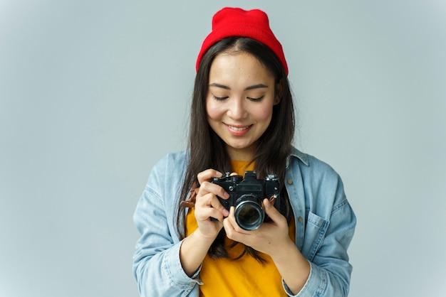Jeune femme tenant la caméra