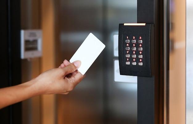 Jeune femme tenant une carte clé pour déverrouiller la porte.