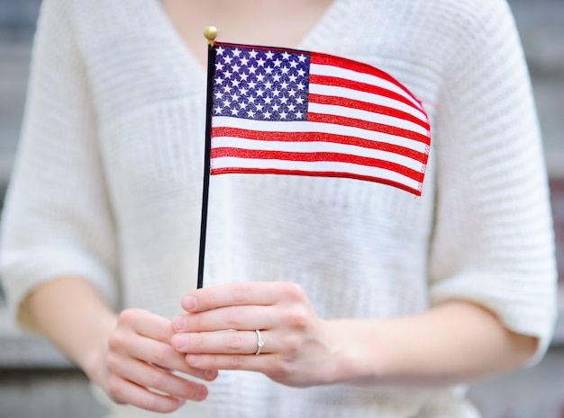 Jeune femme tenant le drapeau américain. concept de la fête de l'indépendance.