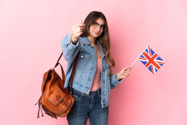 Jeune femme tenant un drapeau du royaume-uni isolé