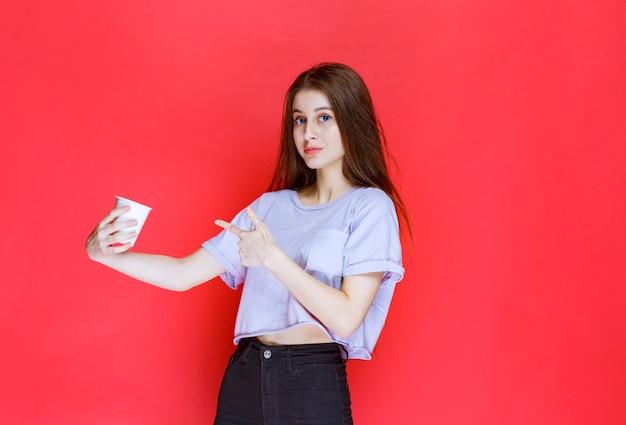 Jeune Femme Tenant Un Gobelet à Eau Jetable Blanc. Photo gratuit