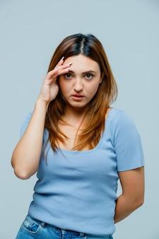 Jeune femme tenant la main près du visage