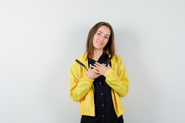 Jeune femme, tenant mains, sur, poitrine