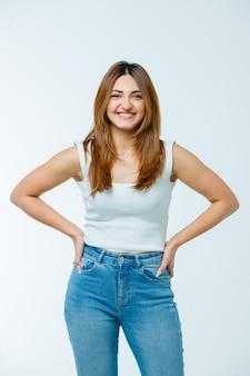 Jeune femme, tenant mains, taille