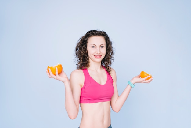 Jeune femme tenant une orange