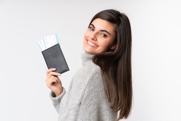 Jeune femme tenant un passeport sur isolé