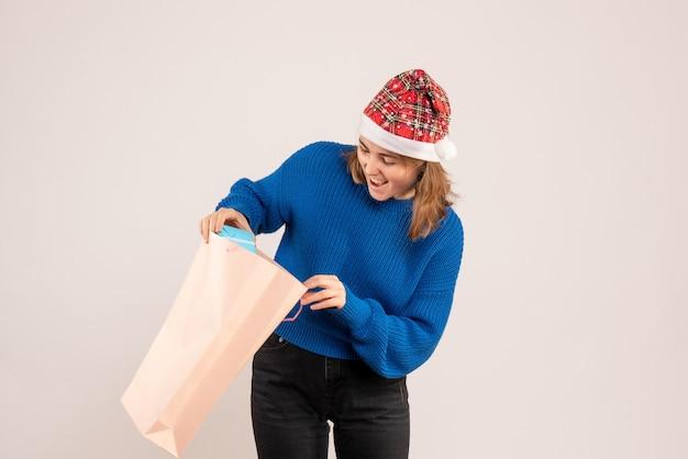 Jeune femme tenant peu de cadeau sur blanc