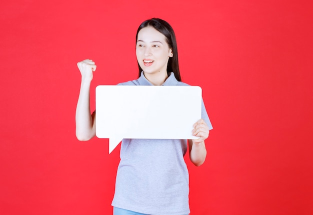 Jeune femme tenant une planche et serrer son poing