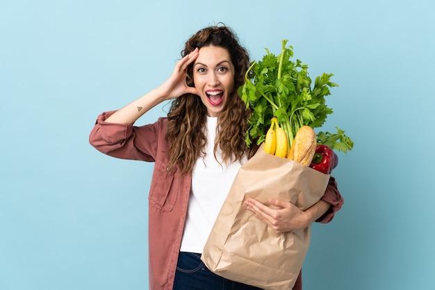 Jeune femme tenant un sac d'épicerie