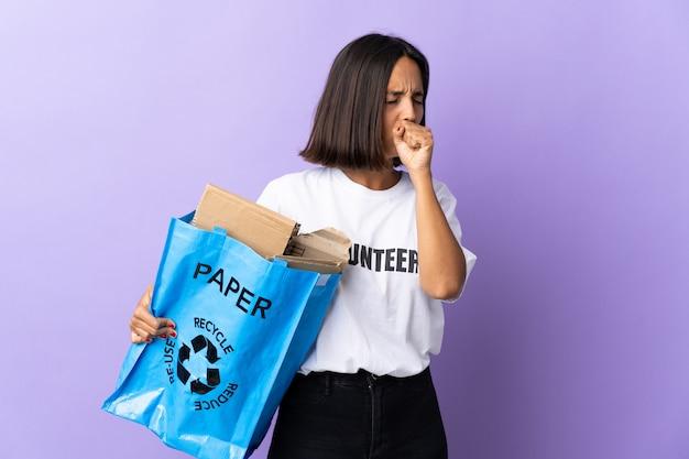 Jeune femme tenant un sac de recyclage