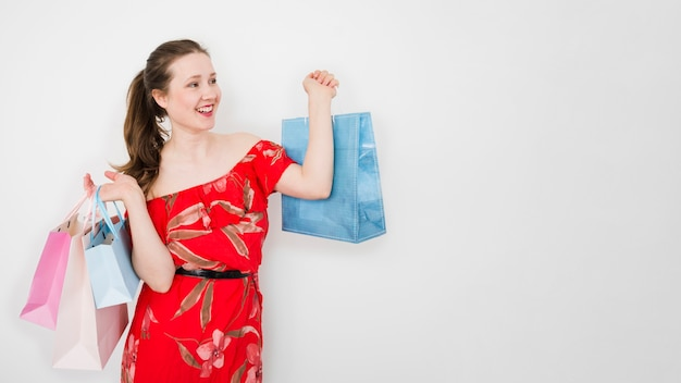 Jeune femme tenant des sacs