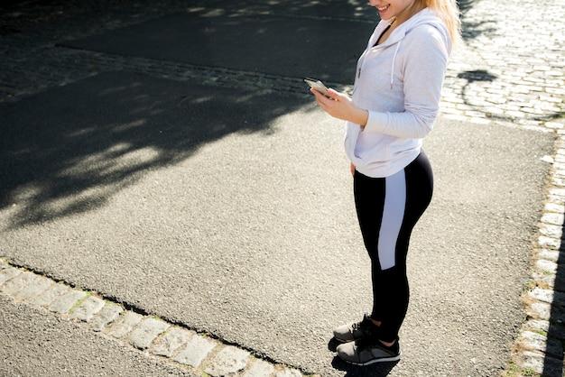 Jeune femme tenant un smartphone