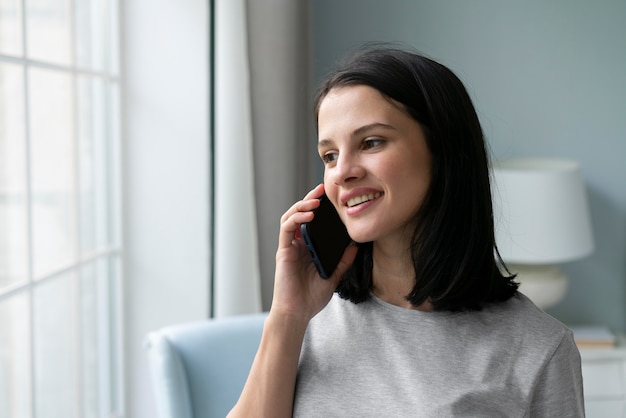 Jeune femme tenant son téléphone